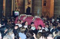 Al finalizar la misa, el féretro con el cuerpo de san Josemaría fue trasladado a la iglesia de Santa María de la Paz.