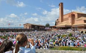 数千人为难们民和世界主教为家庭的会议祈祷