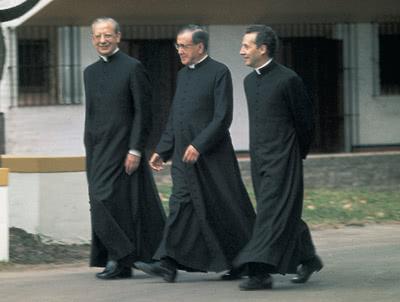 Por el jardín de La Chacra, san Josemaría junto a sus colaboradores: a su derecha Don Álvaro del Portillo, su primer sucesor; a su izquierda Don Javier Echevarría, actual Prelado del Opus Dei
