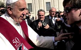 El Papa Francesc es posa la beca dels 50 anys del col·legi Xaloc