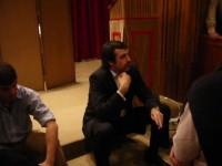 Esteban Bullrich conversando con un grupo de asistentes después del panel