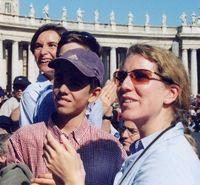 Under rosenskransåret har Johannes Paulus II uppmuntrat ungdomarna att lära känna och älska Kristus genom Maria i rosenkransbönen.