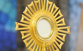 Exposición eucarística para dar inicio al Año Mariano