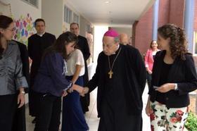 Costa Rica: Mons. Javier Echevarría con universitarias y muchachas de colegio
