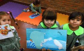 Voluntarios que leen historias