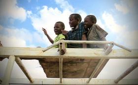 Junto à maior favela da África