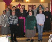 Con el obispo y algunos fieles.