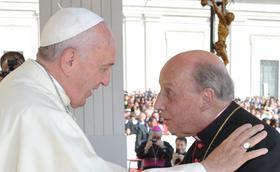 Människor vakar hos Opus Deis avlidne prelat