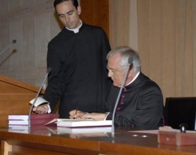 El Postulador de la causa, Mons. Flavio Capucci, signa les actes.
