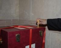 Le notaire scelle les caisses contenant les actes du tribunal