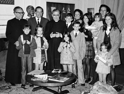 San Josemaría, con una familia.