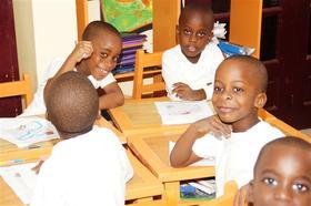 Zomknutý tím rodičov a učiteľov v škole Makoré