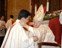 O Prelado abraça os novos sacerdotes. Na foto, com Anthony Reyes, das Filipinas.