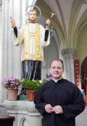 Ispred kipa sv. Franje Ksaverskog, velikog misionara Azije