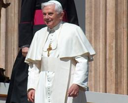 Popiežius Benediktas XVI dažnai nurodo į konkretaus solidarumo poreikį.
