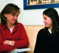 Cada alumna tiene un ritmo de aprendizaje y unas inquietudes diferentes. Por eso las profesoras les ayudan de modo individual.