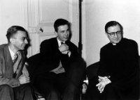 François Gondrand et l'abbé Léonardon, en 1960, au centre du boulevard Saint Germain, avec saint Josémaria