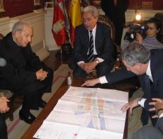 Juan Carlos Aparicio, alcalde de Burgos, y el Prelado observan la futura plaza Josemaría Escrivá.