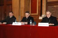 De izquierda a derecha, el Dr. Armand Puig, Profesor de Sagrada Escritura y Decano de la Facultad de Teología de Catalunya; Mons. Angelo Amato , S.D.B., arzobispo, Secretario de la Congregación de la Doctrina de la Fe y Mons. Lluís Martínez Sistach, Cardenal arzobispo de Barcelona.