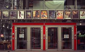 Un cartell al cinema