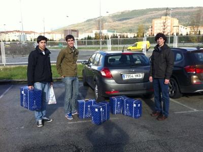 Fernando Álvarez, José Orte y Regino Duque, comprando las cestas que repartiríamos.