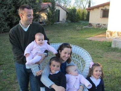 Con Virginia y los niños en una finca de mis padres