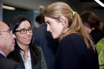 Ana Gil, unha das participantes do coloquio fala cos xornalistas Xema Sáchez de la Nieta e Félix Gallardo.