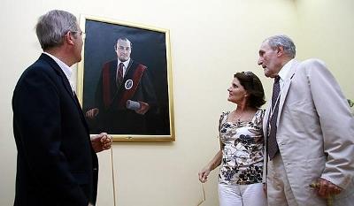 Develación de cuadro en galería de rectores de UDEP.