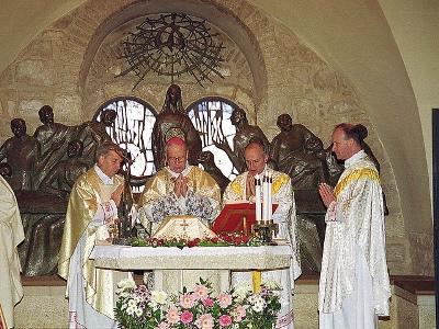D. Álvaro celebrando la Santa Misa en la iglesia próxima al Cenáculo de Jerusalén (1994)