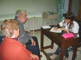 Muchas personas mayores acuden a las consultas del policlínico