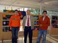 Fotografía con dous alumnos do Club de Física, co gallo dunha exposición que nol curso 09/10 sobre o LHC do CERN