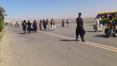 Afgáns no aeroporto de Herat.