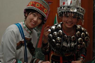 """Desde Macau S.A.R China vinieron a presentar """"Handicrafts of Chinese minorities (Yi,Zang and Miao)"""" y lucieron los trajes tradicionales. China es un país con más de 55 minorías, cada una con sus peculiaridades y su propio estilo de celebrar las fiestas."""