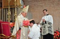 O Prelado do Opus Dei impoñendo as mans a Diego