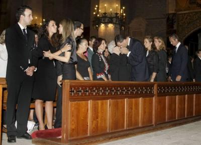 Los Príncipes de Asturias, la infanta Elena y los Duques de Palma dan el pésame a los familiares de Diego y Carlos, tras el funeral oficiado en su memoria en la Catedral de Palma. Foto: EFE Ballesteros
