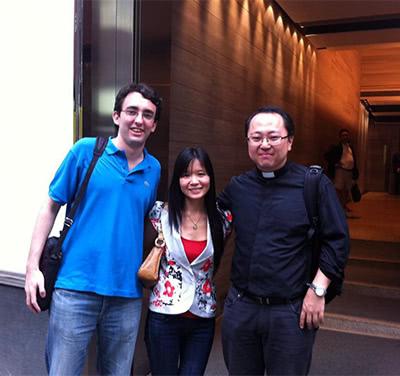 A la derecha, el padre Emiliano Hong.