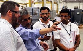 Estudiantes de Los Pinos visitan feria industrial en Brasil