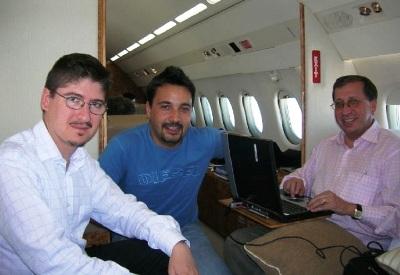 En el avión oficial, camino de Yemen, junto a unos compañeros.