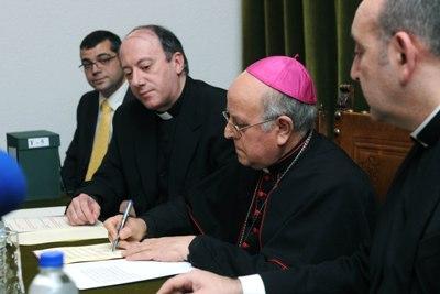 Mons. Blázquez asina as actas do Proceso. Foto: Enrique Serrano.