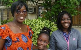 Les élèves d'Étimoé. Une maman très contente
