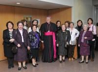 O arcebispo cun grupo de familiares e amigas de Encarnita.