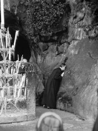 Den hellige Josemaria kysser grotten på det sted hvor Jomfruen åbenbarede sig for den hellige Bernadette.