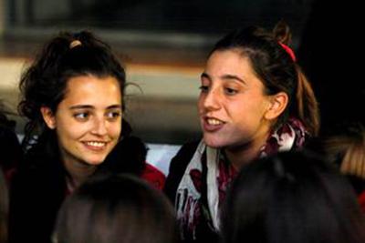 Carla (izquierda) en un encuentro de jóvenes