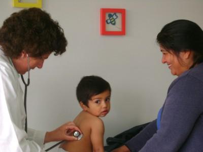 Una de las pediatras del policlínico atiende a un niño