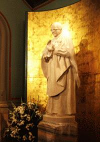 Entre sus obras se encuentra esta estatua de San Josemaría que está en la iglesia de Santa María de Montealegre, Barcelona.