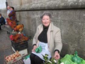 Polos, froitas e verduras. Mercedes no mercado de abastos