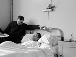 Mgr. Escrivá bezoekt de zieke Isidoro.