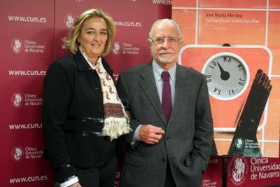 """El escritor José María Merino con la protagonista de su historia titulada """"La batalla de todos los días"""""""