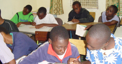 Chicos de Secundaria en una actividad de estudio durante las vacaciones.