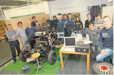 Javier, con los componentes de su Laboratorio de Ingeniería Mecánica de la Universidad de La Coruña